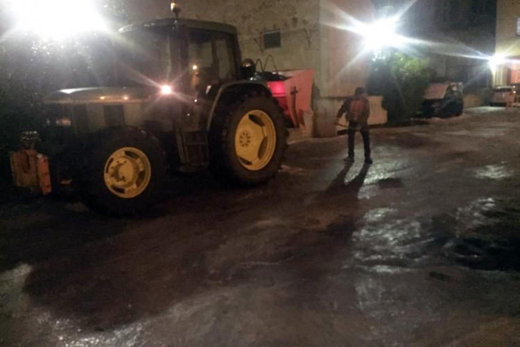 Operai al lavoro in piazza Cantono