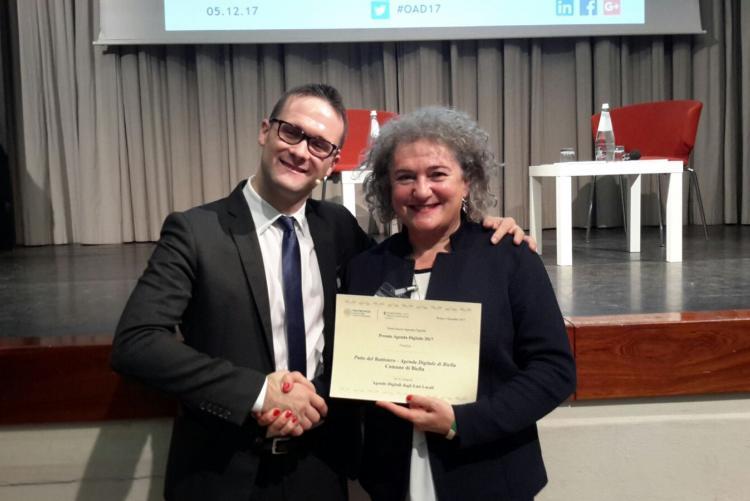 Fulvia Zago riceve il premio dal direttore dell'Osservatorio Agenda Digitale Luca Gastaldi