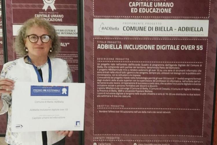 Fulvia Zago con il premio consegnato per il progetto #Biellainclude