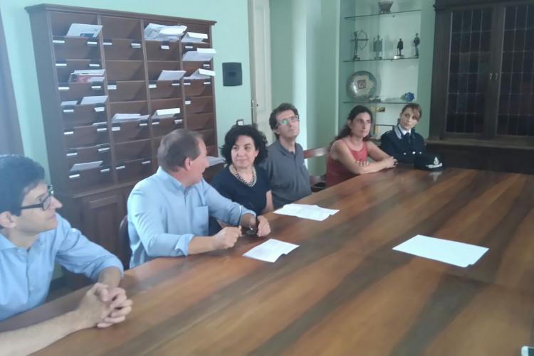 Da sinistra Alberto Cecca (dirigente), Diego Presa (vicesindaco), Antonella Giordano (direttrice della casa circondariale), Claudio Marampon (presidente Seab), Sonia Caronni (garante diritti dei detenuti), Antonella Notarfrancesco (Pol. Penitenziaria)