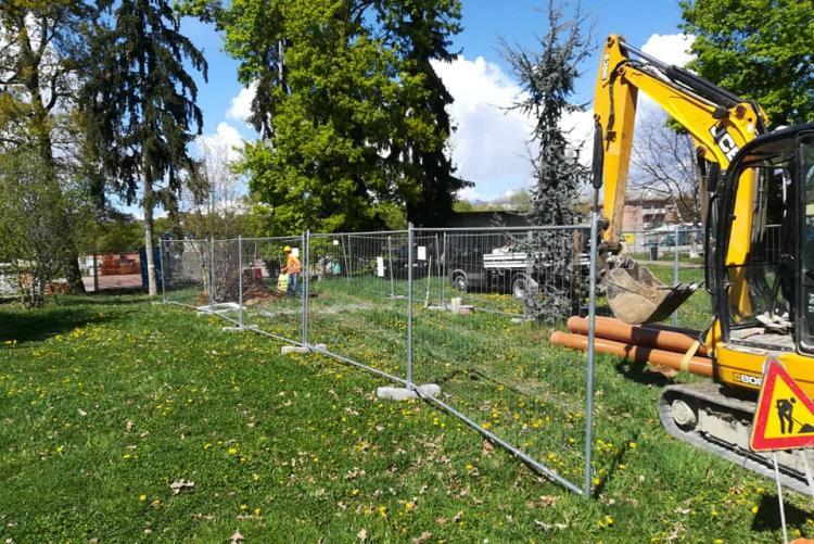 Gli scavi per l'allacciamento fognario in piazza Falcone