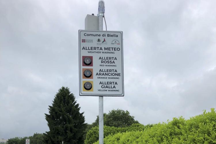 Il cartello-semaforo sull'allerta meteo in corso Rivetti