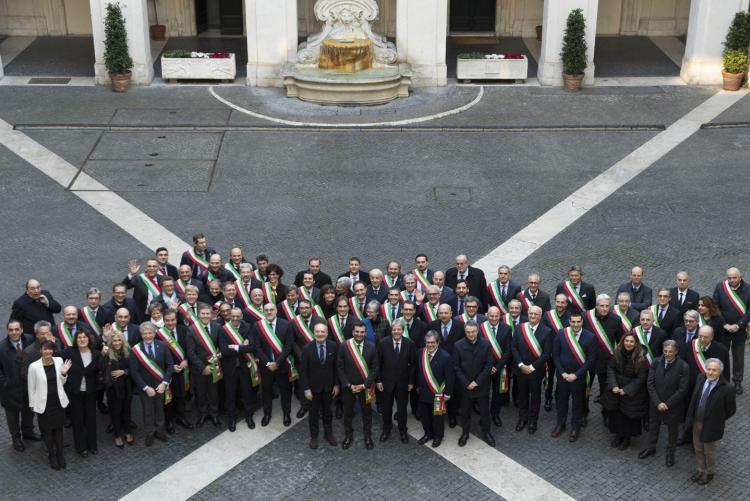 Foto di gruppo per i sindaci a palazzo Chigi dopo la firma delle convenzioni