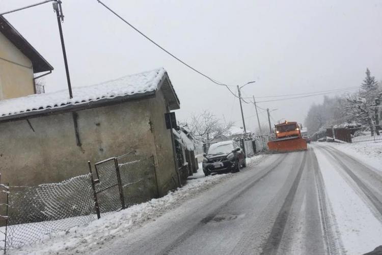 Un mezzo spazzaneve al lavoro nel pomeriggio di lunedì 11 dicembre in strada Masserano Calaria