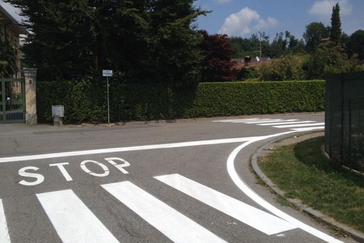 Le strisce pedonali ridipinte tra via Pettinengo e via Piedicavallo a Pavignano