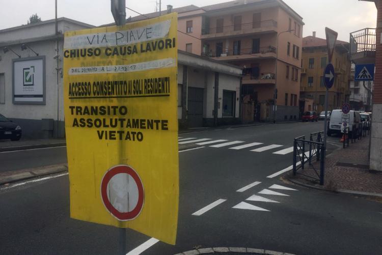 Il cartello che annunciava la chiusura di via Piave