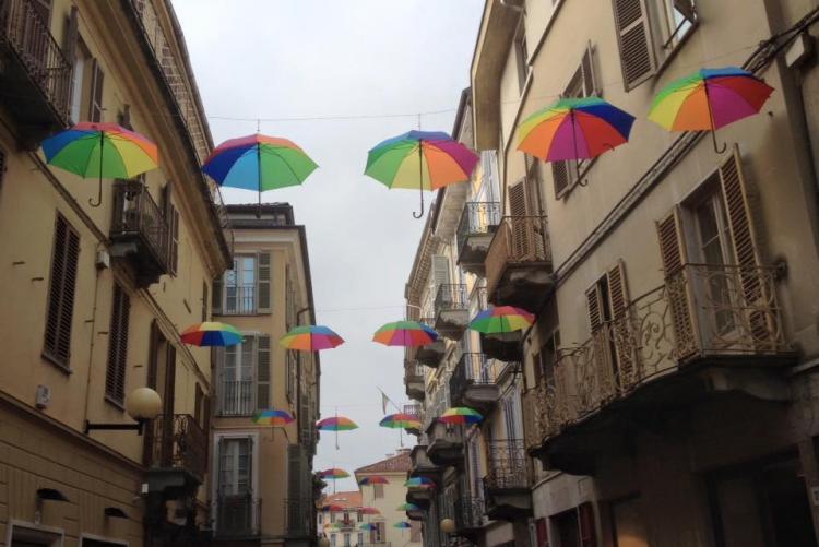 Gli ombrelli arcobaleno simbolo dei Sabati Colorati
