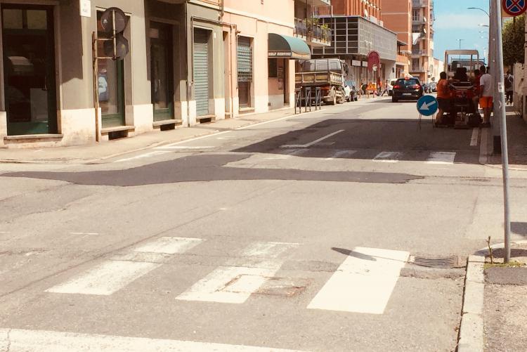 """I primi interventi sui """"rattoppi"""" in via Piave in attesa dell'asfaltatura definitiva"""