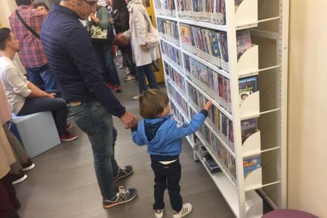 Bambini nel giorno della riapertura della Biblioteca Ragazzi