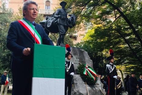 Il sindaco Marco Cavicchioli e il monumento restaurato