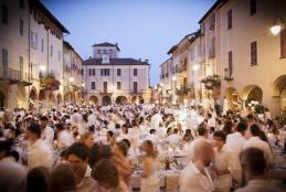 La Cena in bianco del 2015 in piazza Cisterna (Foto: Facebook/Cena in bianco Biella - Matteo Leggero)