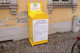 Il contenitore per gettare l'olio da cucina accanto alla scuola Pietro Micca