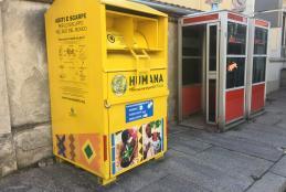 Uno dei contenitori gialli per il riciclaggio degli scarti tessili