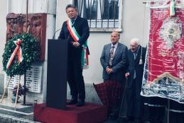Il sindaco Marco Cavicchioli con l'alpino di 105 anni Silvio Biasetti alla commemorazione dell'eccidio di piazza Martiri
