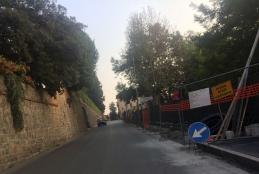 Il cantiere aperto in via Avogadro per la risistemazione del marciapiede