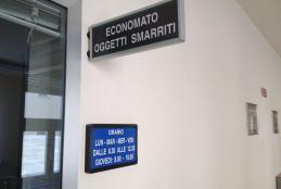 Lo sportello dell'ufficio oggetti smarriti al secondo piano di Palazzo Pella