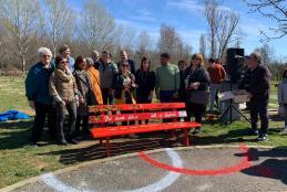 Foto di gruppo all'inaugurazione della panchina rossa di Chiavazza