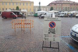 Un cartello di divieto di sosta in piazza Martiri