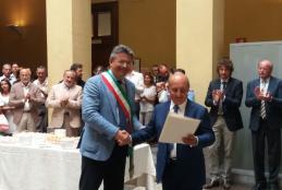 Il sindaco Cavicchioli consegna la pergamena al procuratore Reposo