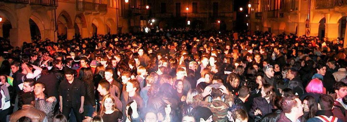 Piazza Cisterna gremita alla Folle Notte del Carnevale 2017