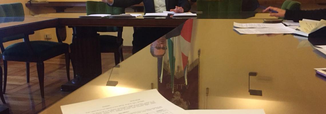 L'assessore alle finanze Giorgio Gaido spiega i dati di bilancio in conferenza stampa