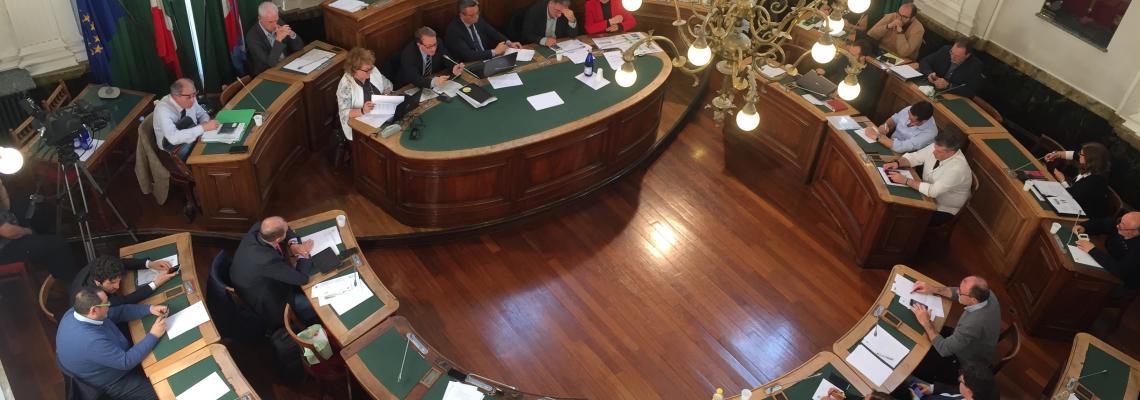 Il consiglio comunale durante la seduta del 17 aprile