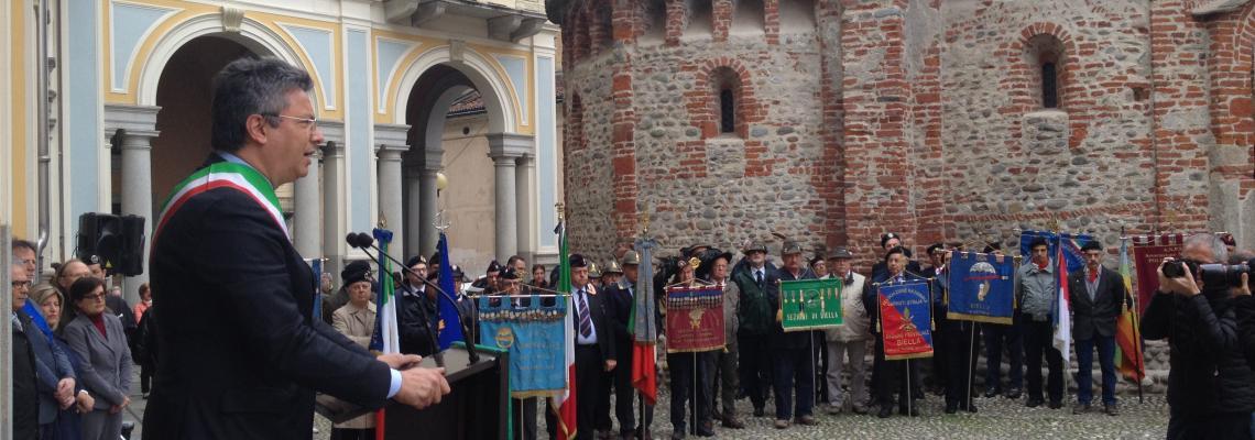 La cerimonia della festa della Liberazione durante l'intervento del sindaco Cavicchioli