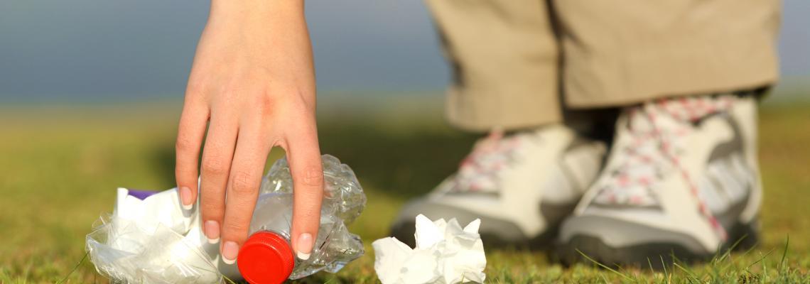 Foto rifiuti e prato
