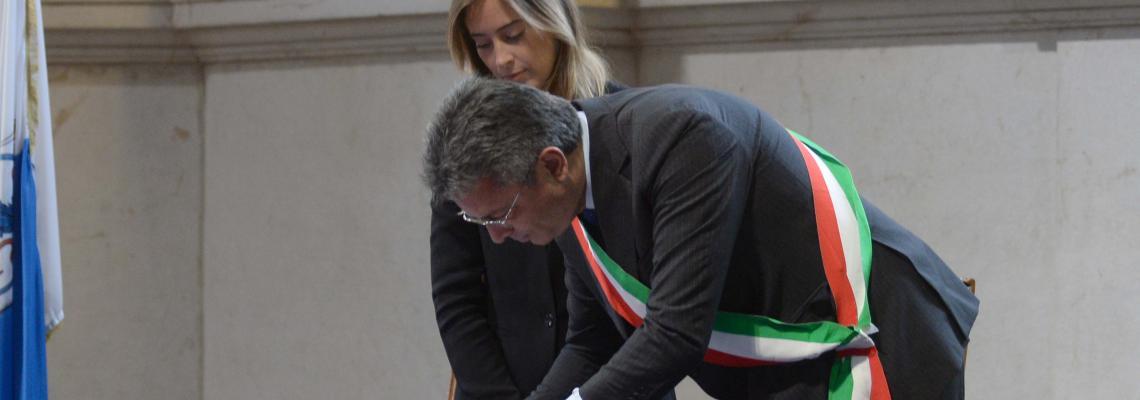 La firma della convenzione per il piano periferie tra il sindaco Marco Cavicchioli e il viceministro Maria Elena Boschi (foto Marco Ortogni - New Eden Group)