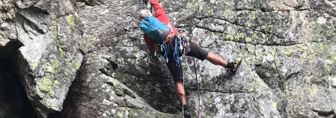 La guida alpina Gianni Lanza mentre traccia la via Simonetti