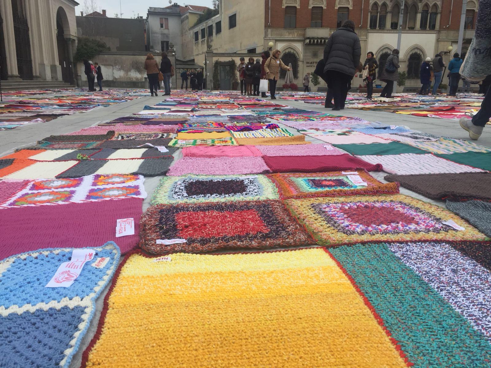 Le coperte di Viva Vittoria stese su piazza Duomo